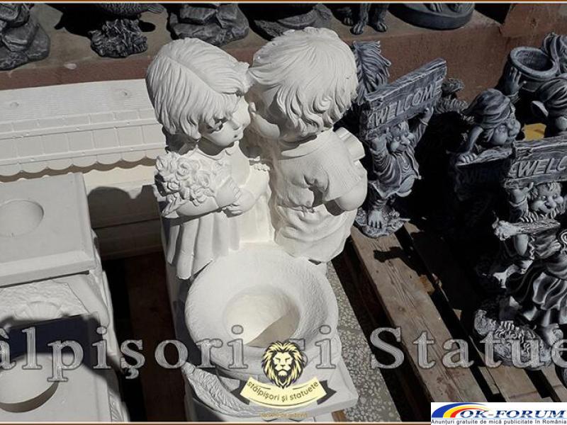 Statuetă copilași cu vază, din beton, model S45. - 3